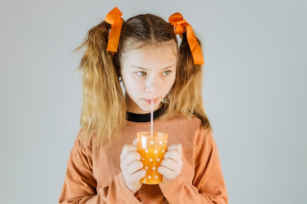 Close-up van een meisje dat sap drinkt