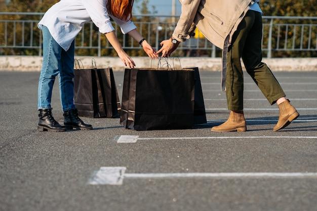 Close-up van een meisje opent boodschappentas en overweegt hun aankopen.