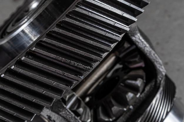 Close-up van een metalen auto-onderdeel