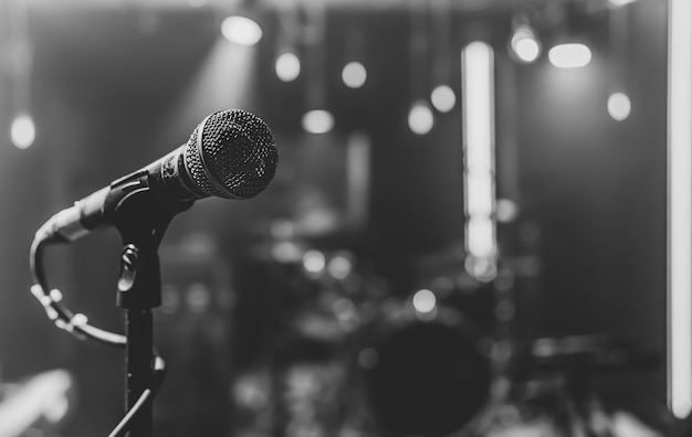 Close up van een microfoon op een concertpodium met mooie verlichting.