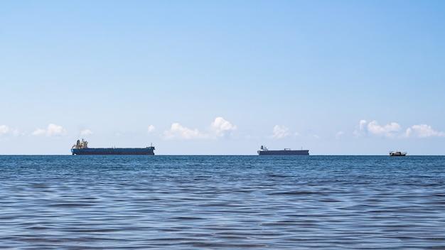 Close-up van een minimalistisch zeegezicht op een heldere zomerdag. blauwe zee, wolken boven de horizon