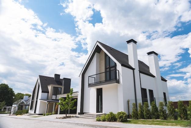 Close-up van een modern mooi huis dat in de buitenwijk wordt gebouwd