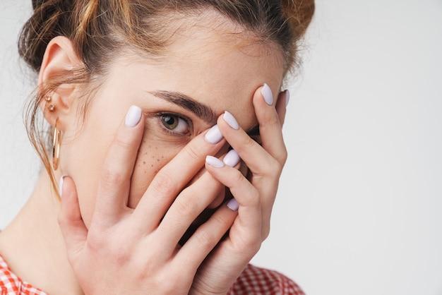 Close up van een mooi jong tienermeisje met zomerkleren geïsoleerd op grijs, con face