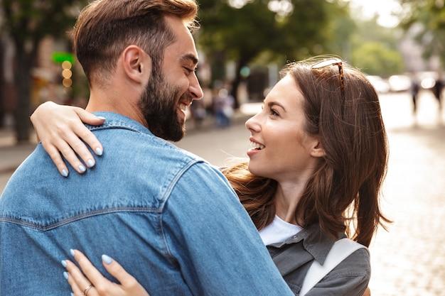 Close up van een mooi jong verliefd stel buiten op de straat van de stad, knuffelen