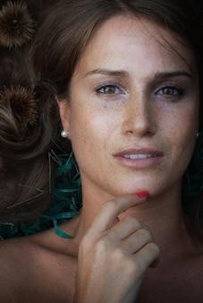 Close-up van een mooi meisje met sproeten