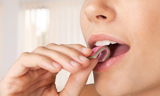 Close-up van een mooi meisje onder het genot van kauwgom