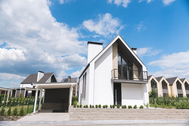 Close-up van een mooi modern huis met garage die te koop is