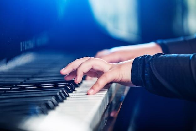 Close-up van een muzikant die een pianotoetsenbord bespeelt