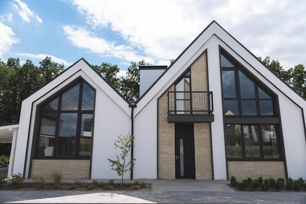 Close-up van een nieuw modern huis dat klaar is voor verkoop