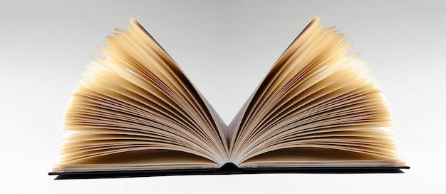 Close-up van een open boek, op grijze achtergrond