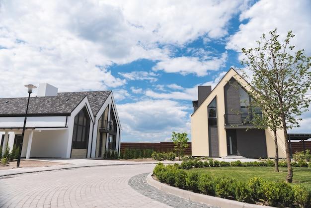 Close-up van een oprit naar een mooi modern huis