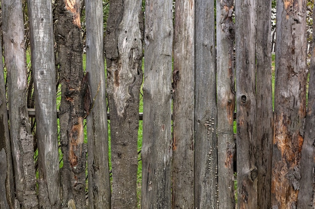 Close-up van een oude houten hek met een vogelhuisje in het dorp van een zomerse dag
