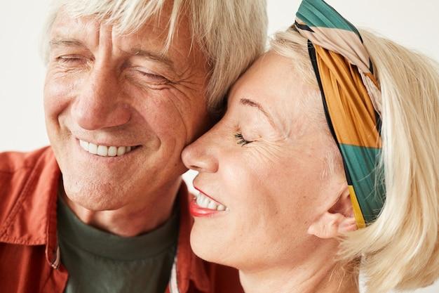Close-up van een ouder paar die van elkaar genieten geïsoleerd op een witte achtergrond