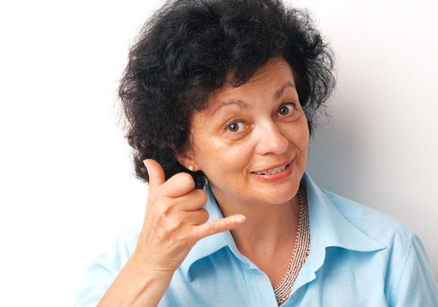 Close-up van een oudere vrouw die een teken toont