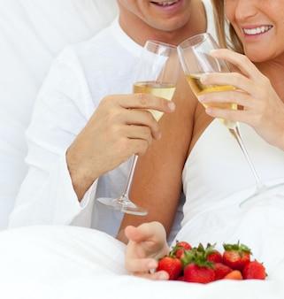 Close-up van een paar champagne drinken met aardbeien