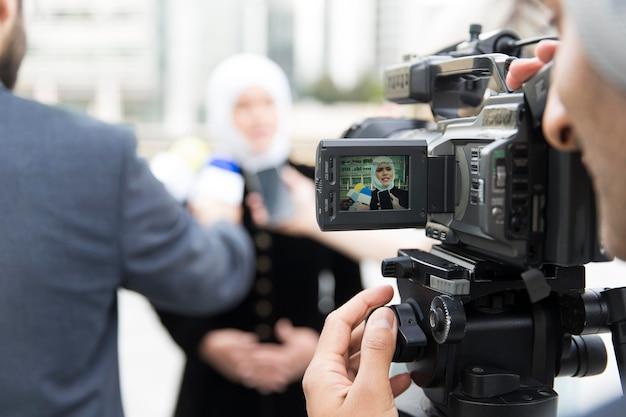 Close-up van een persoon die een interview aanbiedt