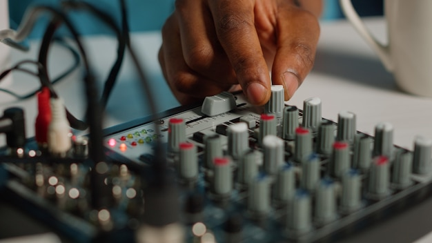Close-up van een persoon die een podcast-apparatuurbord gebruikt voor video