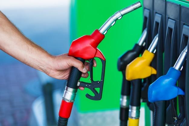 Close-up van een persoon die zich klaarmaakt om gas te pompen
