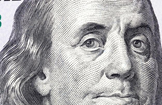 Close-up van een portret van de president van honderd amerikaanse dollars, echte papieren biljetten van vrij inwisselbare amerikaanse valuta