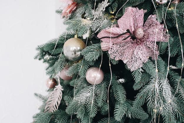 Close-up van een prachtig versierde kerstboom op een wit