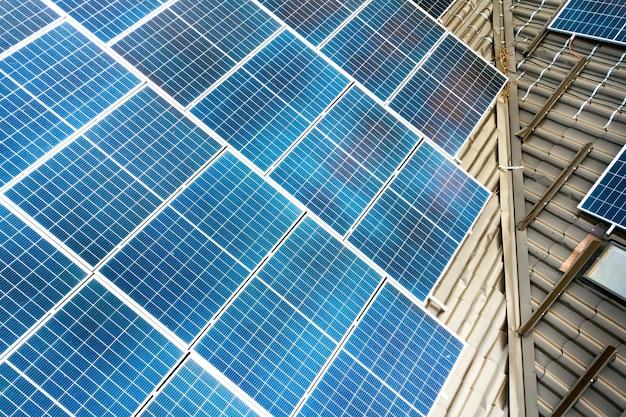 Close-up van een privéwoning met fotovoltaïsche zonnepanelen voor het produceren van schone elektriciteit op het dak autonoom huisconcept