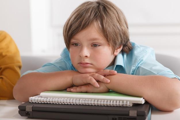Close up van een schattige kleine jongen op zoek verdrietig