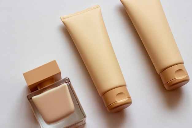 Close-up van een set geparfumeerde watercrèmekleurige douchegel in een geschenkdoos