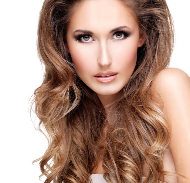 Close-up van een sexy vrouw met mooi lang bruin haar poseren