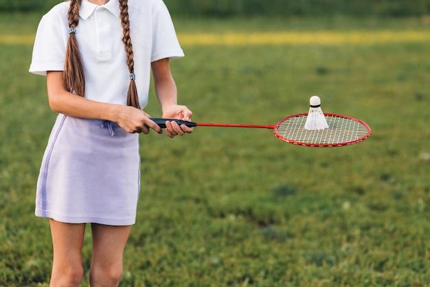 Close-up van een shuttle shuttle van de meisjeholding op badminton