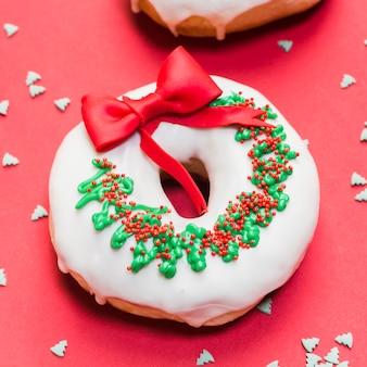 Close-up van een smakelijke die doughnut als kerstmiskroon wordt verfraaid