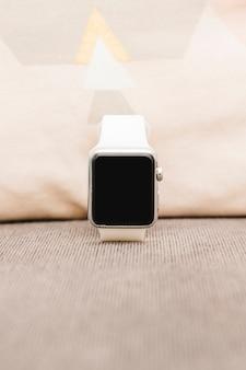 Close-up van een smartwatch met een leeg scherm