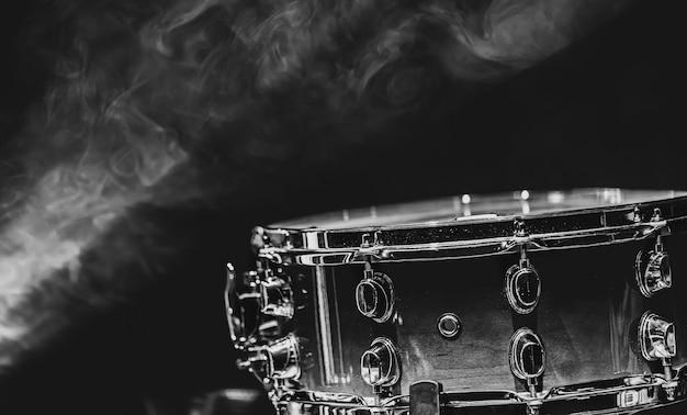 Close-up van een snaredrum, percussie-instrument op een donkere achtergrond met waas, mooie verlichting.