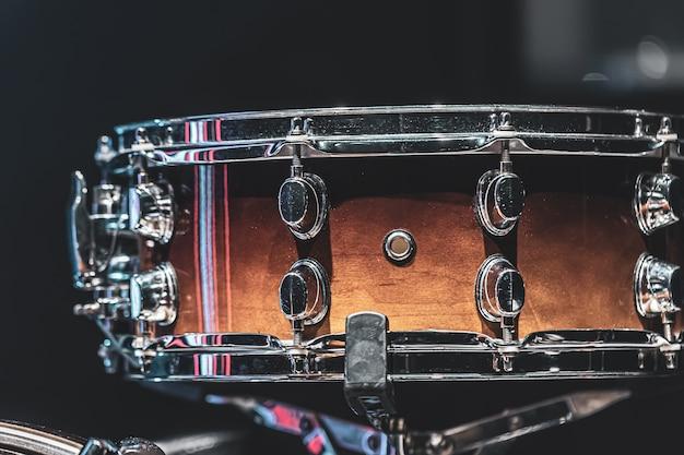 Close-up van een snaredrum, percussie-instrument op een donkere achtergrond.