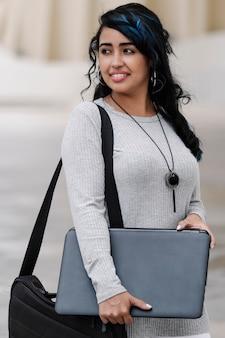 Close-up van een spaanse vrouw met laptop