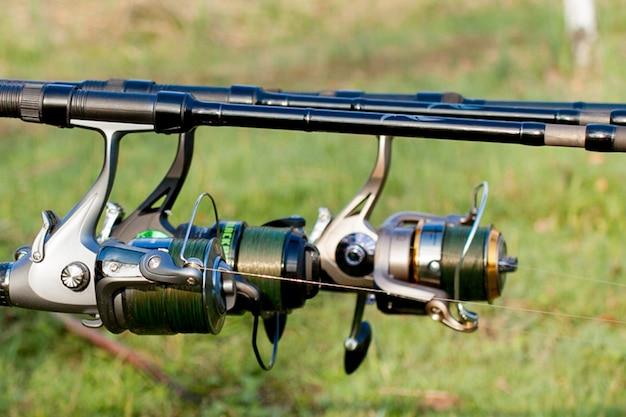Close-up van een spoelhengel op een steun en waterachtergrond