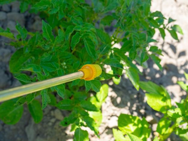Close-up van een sproeier voor de verwerking van landbouwgrond. ongediertebestrijding