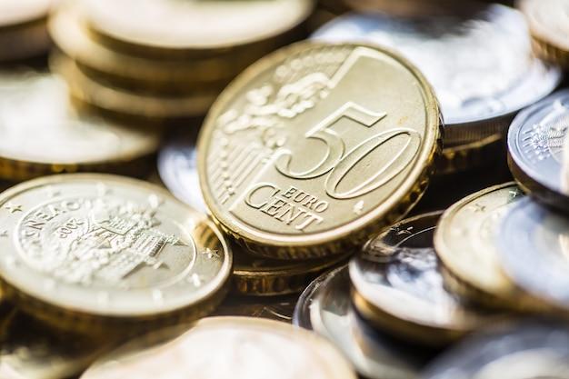 Close-up van een stapel nieuwe euromunten in andere composities.