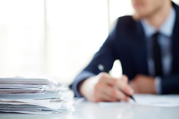 Close-up van een stapel papieren op tafel