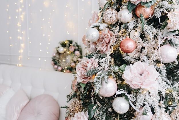 Close up van een stijlvolle kerstboom