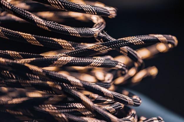 Close-up van een streng grijs touw ligt op de grond bij de productie van touwgaren.