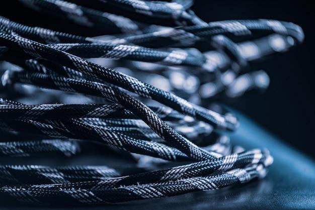 Close-up van een streng grijs touw ligt op de vloer