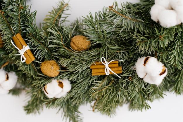 Close-up van een stuk van kerstmiskroon op een muur