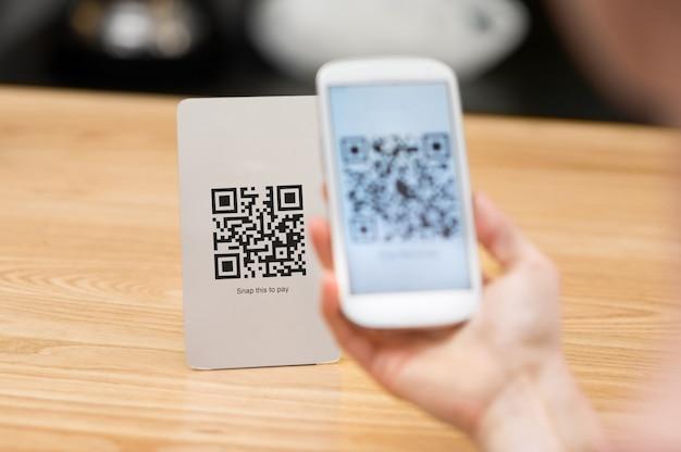 Close-up van een telefoon van de handholding en het scannen van qr-code