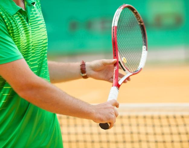 Close up van een tennisser klaar voor een service