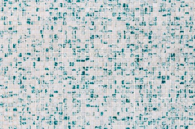 Close-up van een textuur van een muur gemaakt van kleine blauwe en witte tegels