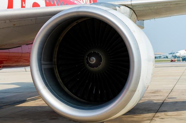 Close-up van een turbinemotor van een passagiersvliegtuig in een luchthavenparkeerplaats.