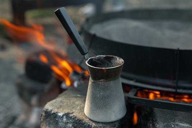 Close-up van een turk met koffie op een onscherpe achtergrond
