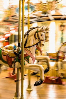 Close-up van een verlichte detail carrouselpaarden