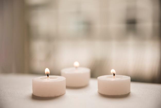 Close-up van een verlichte kaarsen in spa