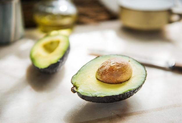 Close-up van een vers gesneden avocado